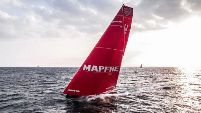 El MAPFRE navegando por la costa sur de Irlanda.
