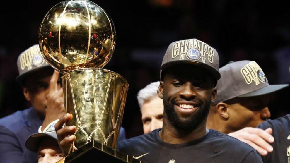 Draymond Green levantando el trofeo de campeón de la NBA