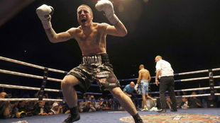 Kerman Lejarraga celebra la victoria en un combate