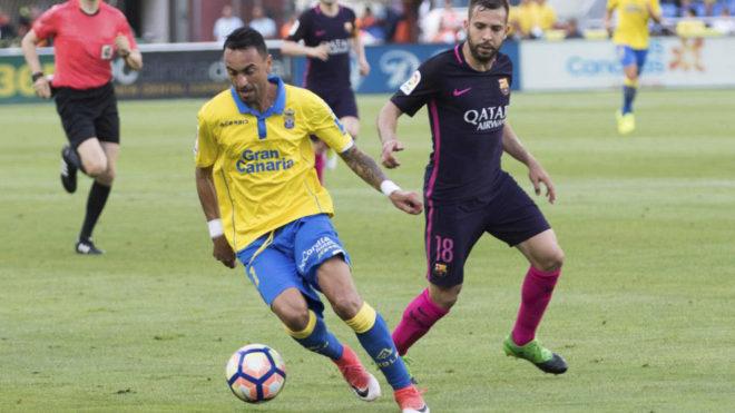 Momo conduce el balón en presencia de Jordi Alba.