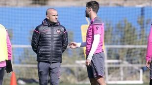 Paco López habla con Coke en un entrenamiento.
