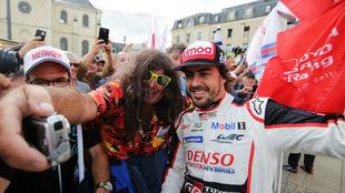 Alonso se hace una foto con un aficionado durante las verificaciones...