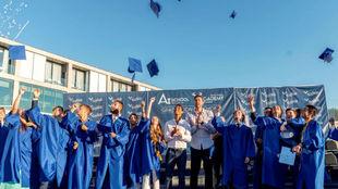 Rafa Nadal y Pau Gasol con los 17 alumnos que se graduaron