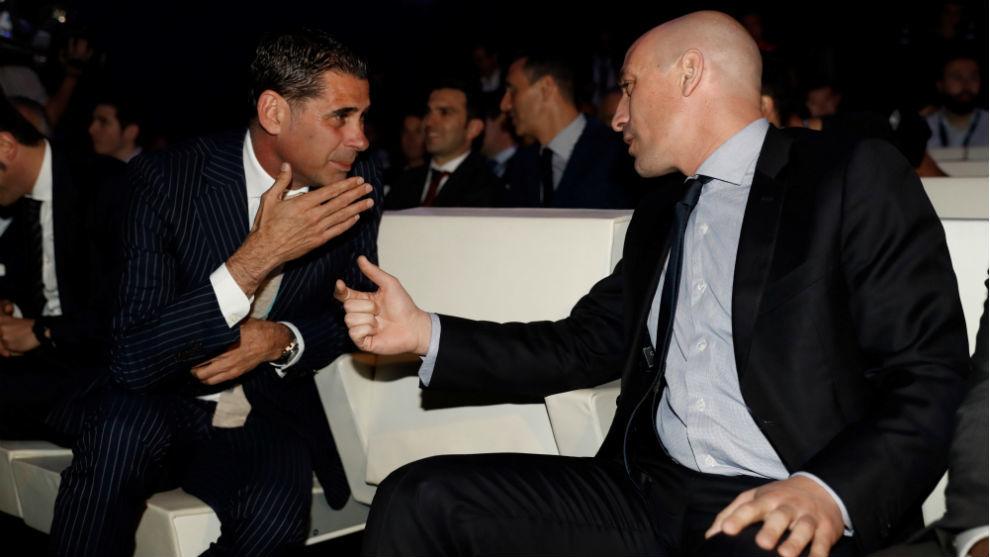 Fernando Hierro charla con Luis Rubiales.