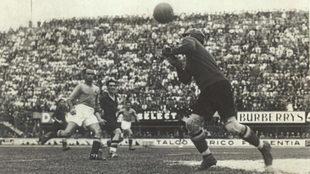 Zamora despeja un balón en el partido ante Italia en el Mundial de...