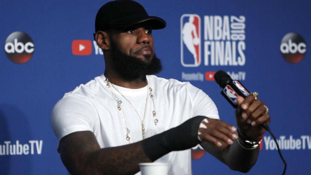 LeBron James en una rueda de prensa tras las Finales de la NBA
