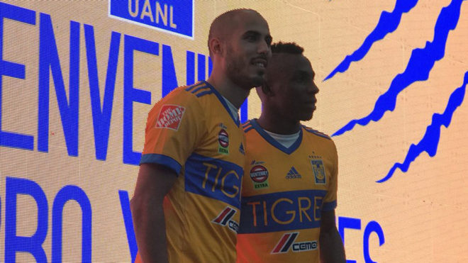 Guido Pizarro y Julián Quiñones posan durante su presentación