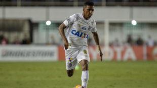 Rodrygo conduce un balón en un partido con el Santos.