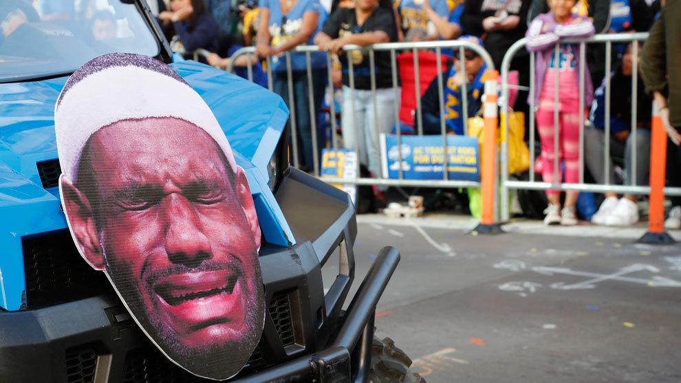 Un coche de la comitiva de los Warriors con una cara de LeBron...