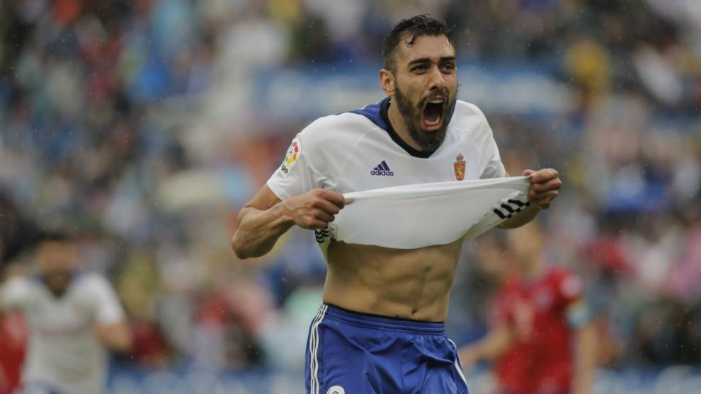 Borja Iglesias celebra un gol con el Real Zaragoza.
