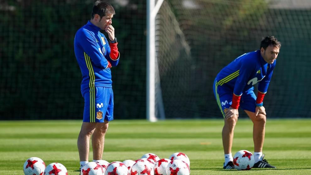Albert Celades, entrenador de la Selección Española Sub 21, junto a...