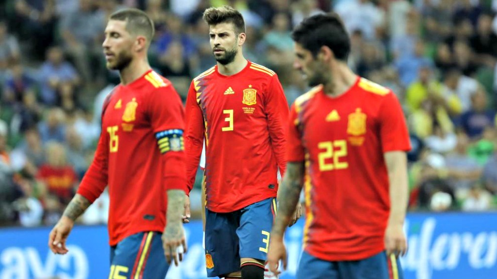 Ramos, Piqué e Isco durante el partido España vs Túnez.