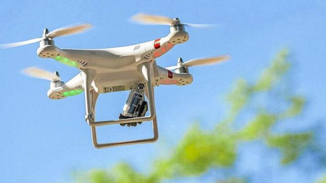 Imagen de un dron sobrevolando un campo de fútbol
