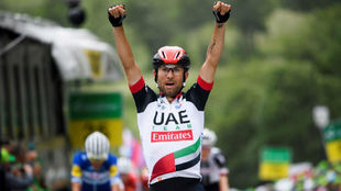 Diego Ulissi celebrando en meta su triunfo de etapa.