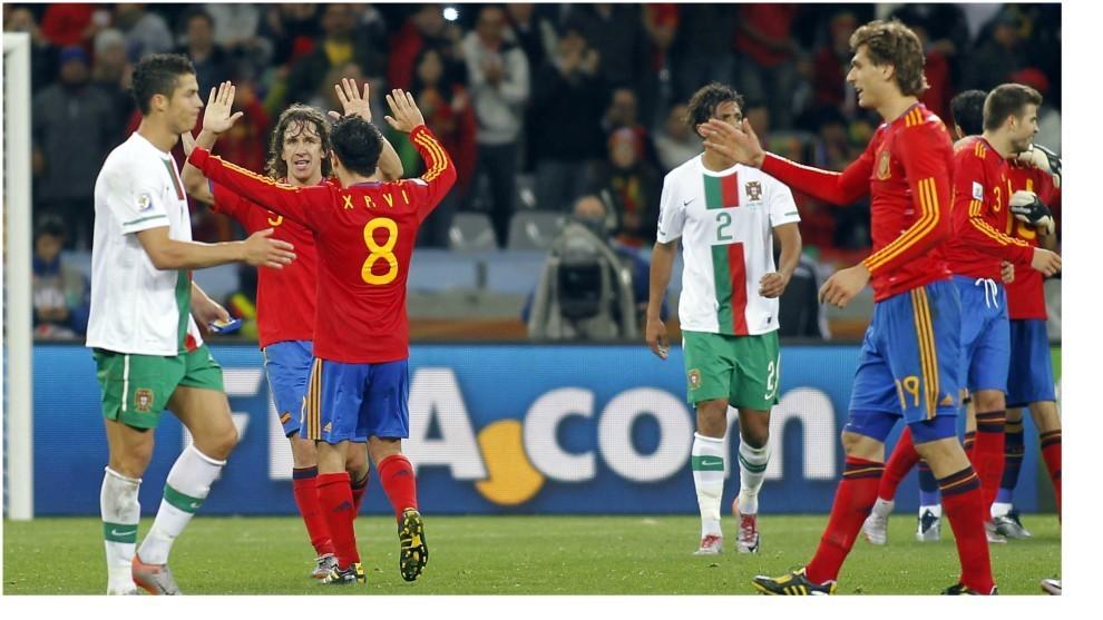 Puyol y Xavi celebran el pase a cuartos en 2010 ante Cristiano y...