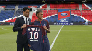 Neymar, junto a Al Khelaifi en el Parque de los Príncipes.