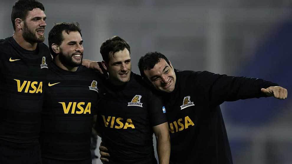 Agustín Creevy celebra con tres compañeros el último triunfo ante...