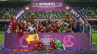Las jugadoras de España celebran la victoria en el Europeo...