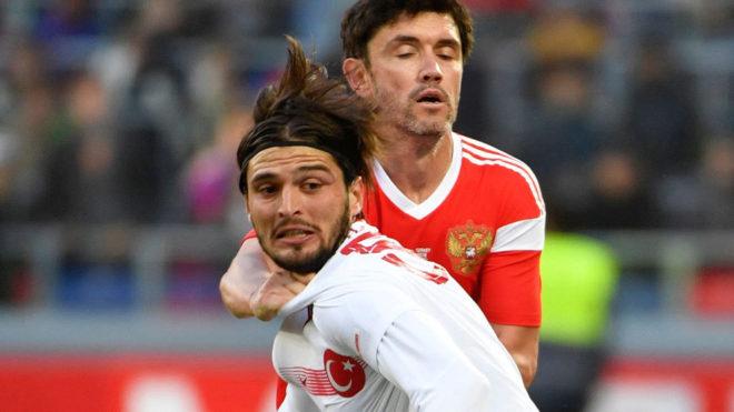 Okay Yokuslu, de blanco, en un partido de su selección contra Rusia.