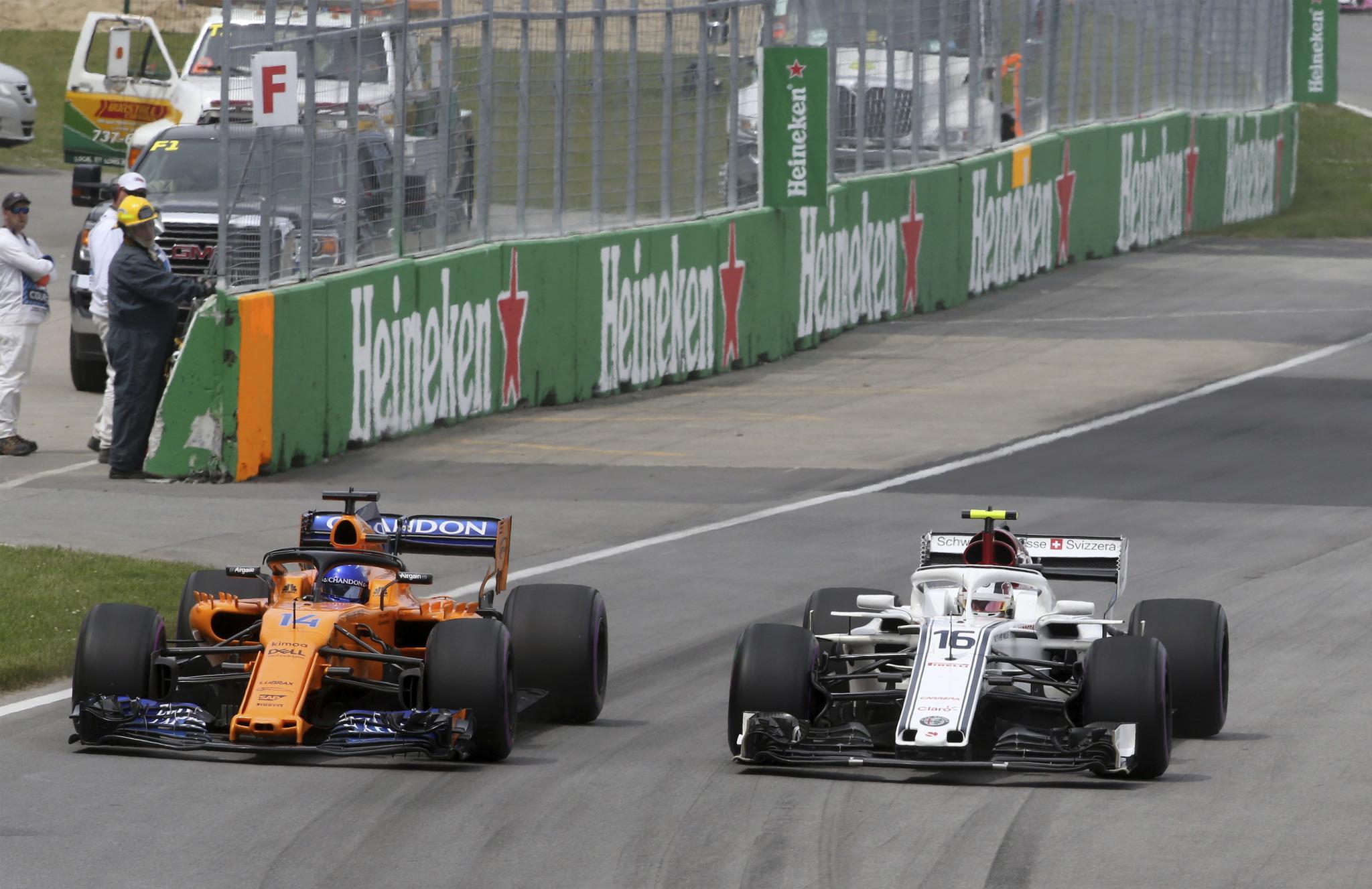 Alonso, en paralelo a Leclerc, durante el Gran Premio de Canadá