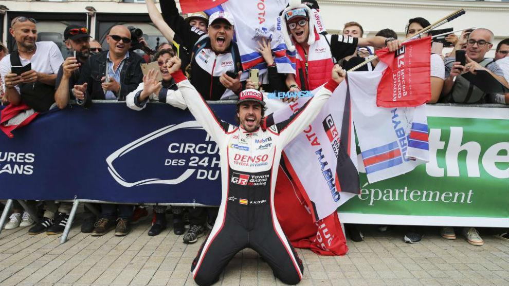 Alonso, con aficionados esta semana en Le Mans.