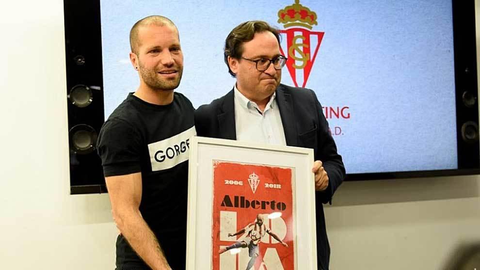 Lora recibe un cuadro conmemorativo del presidente Javier Fernández