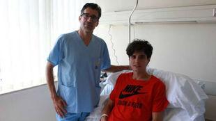 Roberto Aláiz, con el doctor Capapé, tras la operación.