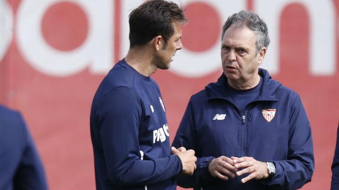 Carlos Marchena y Joaquín Caparrós, conversando.