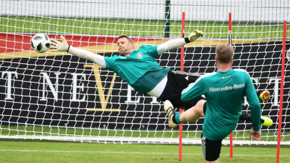 Neuer realiza una gran estirada durante un entrenamiento.