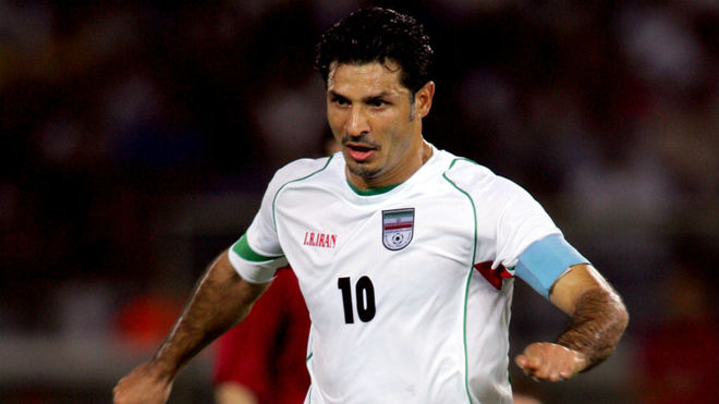 Ali Daei, durante un partido con la selección de Irán.