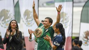 Gennady Golovkin posa con la camiseta de la selección mexicana y su...