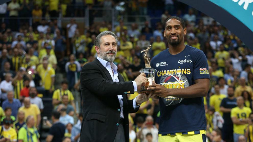 Bradley Wanamaker recibió el premio al MVP de las Finales de la Liga...