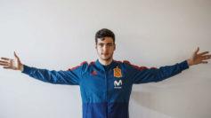 Mikel Merino con el chandal de la selección