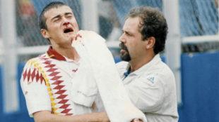 Luis Enrique tras recibir el codazo de Tasotti