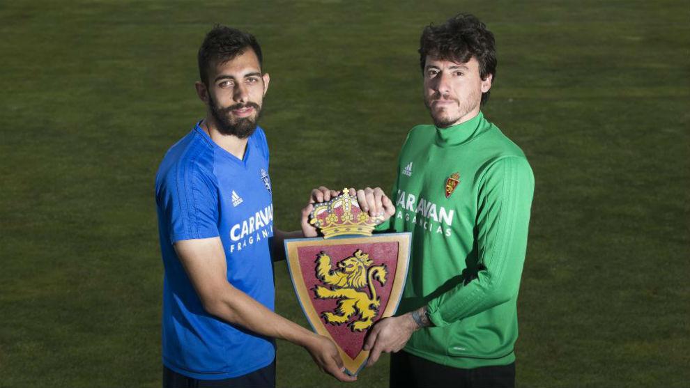 Borja Iglesias y Cristian posan para MARCA con el escudo del Real...