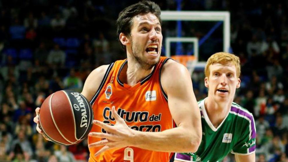 Sam Van Rossom jugando con el Valencia Basket