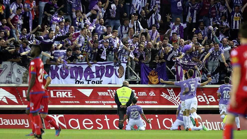 Los jugadores del Valladolid celebran con su afición uno de los tres...