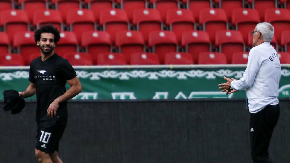 Cúper, en un entrenamiento con Salah.