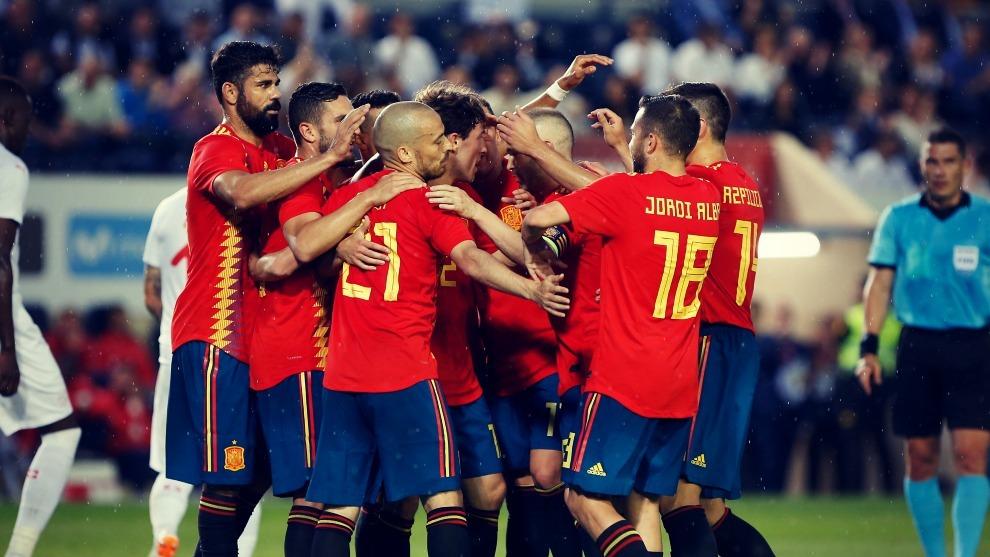 Los jugadores de la Selección de fútbol de España celebran el gol...
