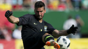 Alisson, durante un partido con Brasil