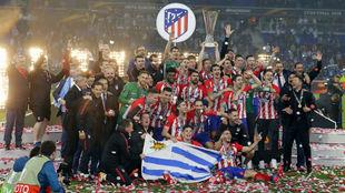 Los jugadores del Atlético celebran la Europa League en Lyon.