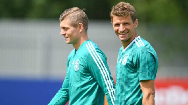 Toni Kroos y Thomas Müller durante el entrenamiento de este jueves.