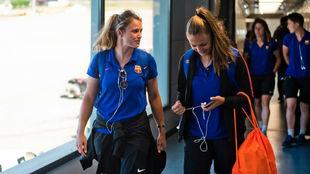 Sandra Paños y Lieke Martens durante un viaje en el aeropuerto.
