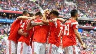 Los rusos festejan su primer gol en este Mundial.
