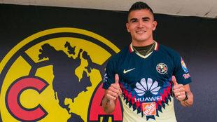 Luis Reyes posa por primera vez con la camiseta del América