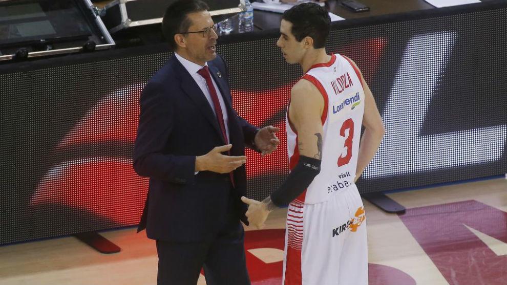 Luca Vildoza habla con Pedro Martínez durante las semifinales contra...
