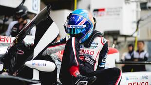 Fernando Alonso, accediendo al Toyota TS050 Hybrid