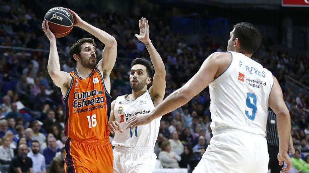 Guillem Vives maneja el balón ante la presión de Campazzo y Felipe...