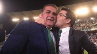 Sandoval y Jesús León se abrazan para celebrar la permanencia del...