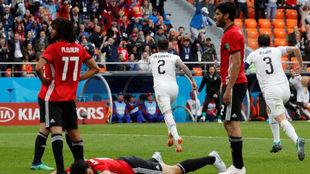 Giménez y Godin celebran el gol que le ha dado los primeros tres...